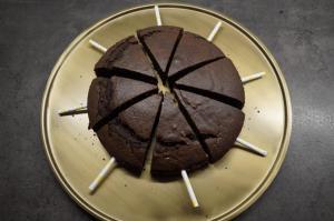 5) Holzstäbe oder Strohhalme in die Kuchenstücke stecken