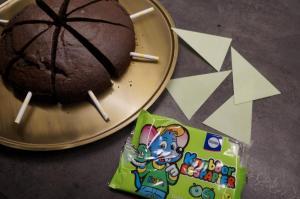 6) Das Esspapier in Größe der Kuchenstücke zuschneiden
