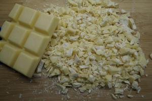 3) Schokolade klein hacken, Sahne aufkochen lassen und über die Schokolade geben