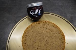 15) Unterster Boden des Wunderkuchens auf ein Cakeboard geben