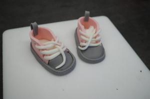 22) Modellierte Figuren wie Sneaker...