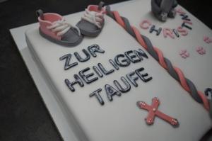 30) Danach die Sneaker, ggf. ein Kreuz auf die Torte kleben