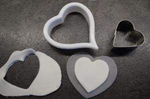 28) Ein graues und ein kleines weißes Herz ausstechen