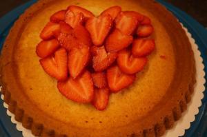 8) Die Erdbeeren dachziegel-artig auf den Boden als Herz anordnen