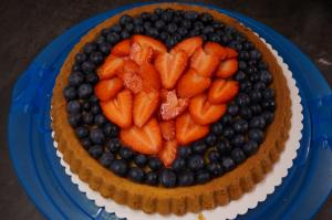9) Um das Erdbeer-Herz die Heidelbeeren verteilen
