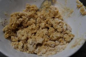 4) Aus Butter, Zucker, Amarettini, Mehl und Zimt die Streusel herstellen