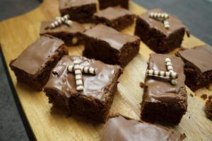 7) Die Brownies zuschneiden und dekorieren
