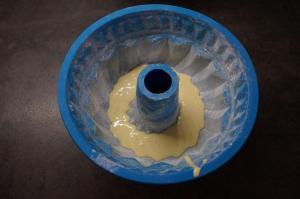 4) Eine Form nehmen und abwechselnd 1-2 EL hellen Teig ...