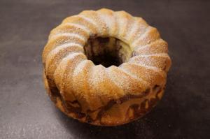 7) Fertiger Kuchen mit Puderzucker