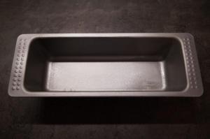 4) V2: Eine Kastenform einfetten oder mit Backpapier auslegen