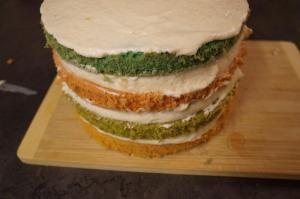 12) Den letzten Boden oben drauf legen und danach die gesamte Torte mit der Ganache einstreichen