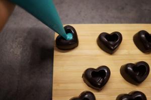 9) Schokolade in die Herzen füllen