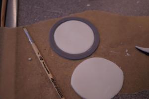 3) Den Brillenrand aus einem größeren Kreis ausstechen