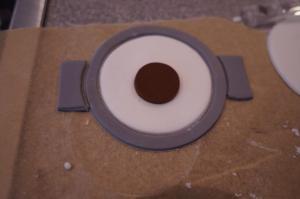 5) Die braune Augenfarbe mit Hilfe eines kleinen Kreises ausschneiden und aufkleben. Brille zusammen legen