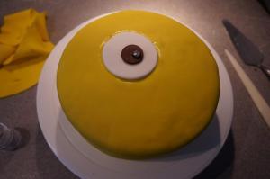 7) Das Auge mit der Pupille auf den Kuchen mit Zuckerkleber befestigen