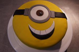 12) Und auf der Torte mit Zuckerkleber befestigen