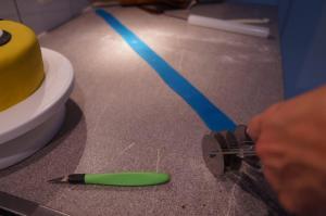 13) Mit dem Rollenschneider danach das blaue Band ausschneiden und aufkleben