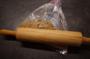 2) Kekse mit einem Nudelholz zerkleinern