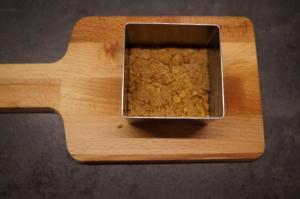 3) Dann mit Butter vermengen und auf den Boden einer Dessertform drücken