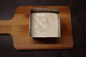 9) Zunächst eine Schicht Bananencreme auf dem Keksboden verteilen