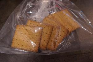 1) Kekse in einen Gefrierbeutel geben