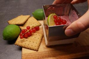 11) Nach 4 Stunden Kühlzeit die Cheesecakes mit Früchten garnieren und die Form lösen