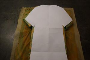 9) Schablone ausschneiden und dann den Kuchen zuschneiden
