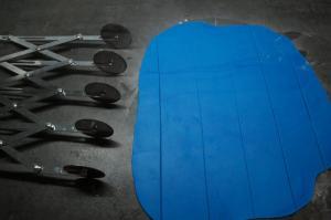 17) Mit einem Rollenschneider die blauen Streifen zuschneiden