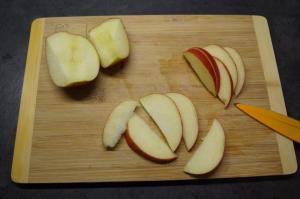 4) Äpfel waschen, vierteln, entkernen und in Spalten schneiden