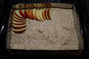 5) Die Apfelspalten fächeratig auf dem Teig verteilen