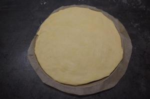 6) Die erste Portion rund ausrollen (25 cm Umfang)