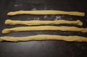 7) Die Portionen zu 4 ca. 30 cm langen Rollen formen