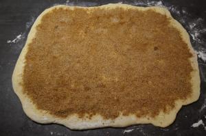 8) Die Zimtfüllung auf die Butter geben