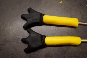 6) ... Zahnstocher/ Holzspieß pro Arm und etwas Zuckerkleber
