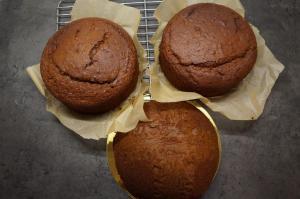 3) Kuchen abkühlen lassen und 2x waagerecht durchschneiden