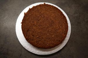8) Den untersten Boden auf ein Cakeboard geben ...