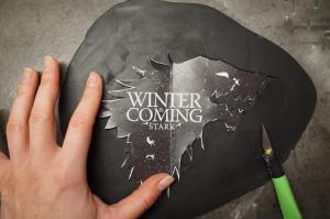 13) Das Stark-Logo ausdrucken und aus dem Fondant schneiden