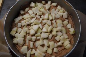 6) Danach die Birnenstücke darauf verteilen und andrücken