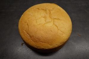 3) Nach dem Backen den Biskuit abkühlen lassen. Ganache zubereiten.