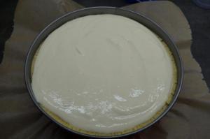 10) Die Füllung auf den Boden geben und den Kuchen backen