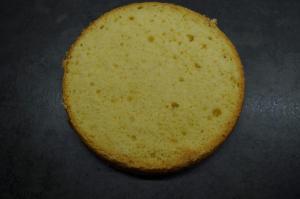 6) Untersten Boden auf das Cakeboard legen