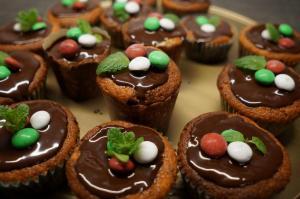 9) die Kuvertüre auf die Muffins geben und mit frischer Minze...