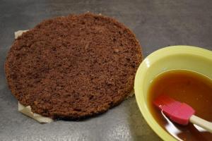 17) Den dunklen Boden ebenfalls mit Kaffee tränken