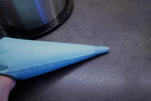 21) Die restliche Creme in einen Spritzbeutel füllen