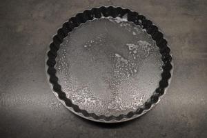 1) Die Quiche-Form mit Backtrennspray einsprühen