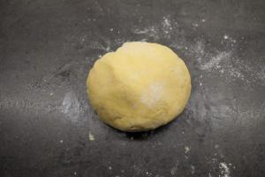 2) Mürbeteig zubereiten und 15 min kalt stellen