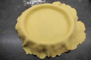 4) ... über die Quiche-Form stülpen