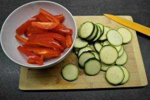 8) Gemüse nach Wahl klein schneiden