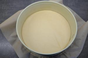 5) Springform mit Backpapier auslegen und den Ofen auf 160°C vorheizen