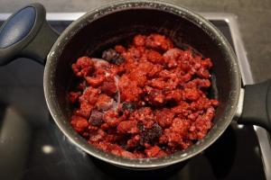 5) Beeren in einem Topf erhitzen